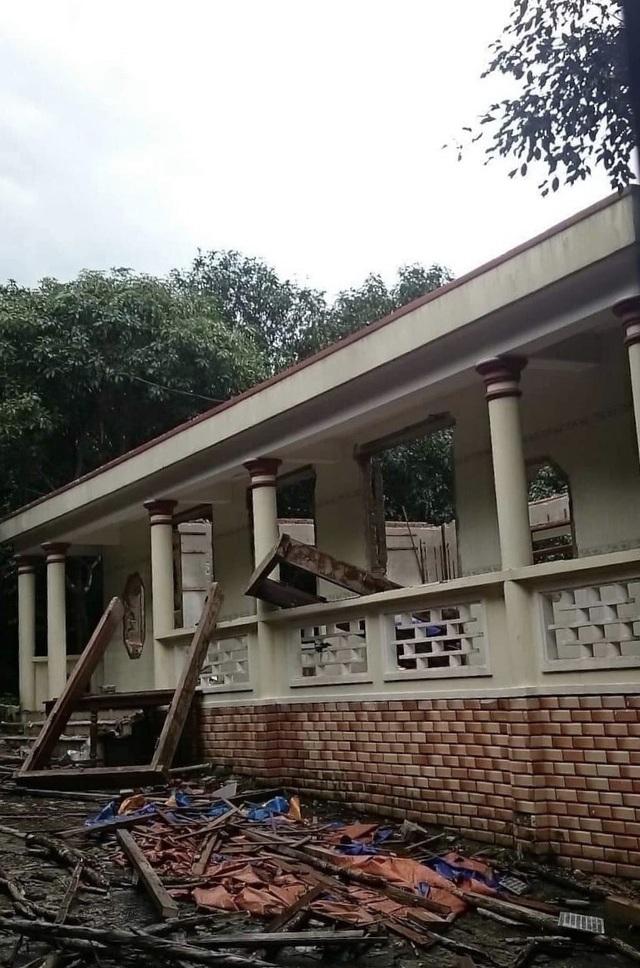 Công trình xây dựng trái phép của đại gia vàng ở quận Liên Chiểu, Đà Nẵng đến chiều 3/1 cơ bản đã tháo dỡ xong phần mái và kết cấu gỗ, chỉ còn lại tường gạch của một nhà cấp 4
