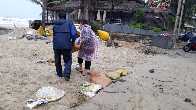Đắp cát để chắn sóng biển