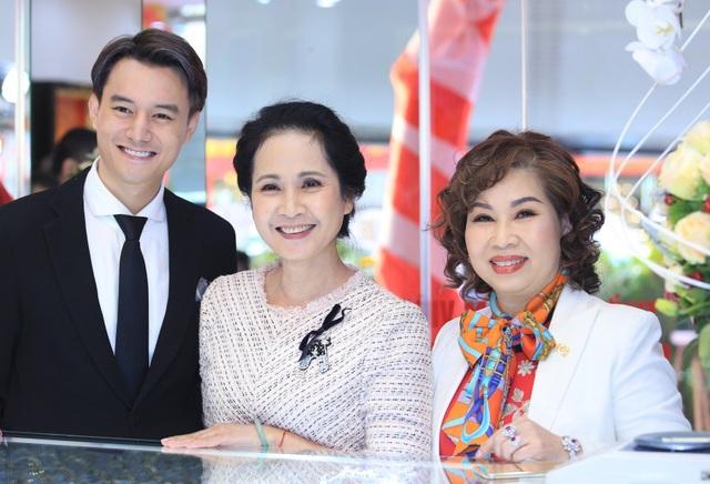 Anh Dũng cho biết, NSND Lan Hương là người mẹ đặc biệt cả trong phim lẫn ngoài đời của anh.