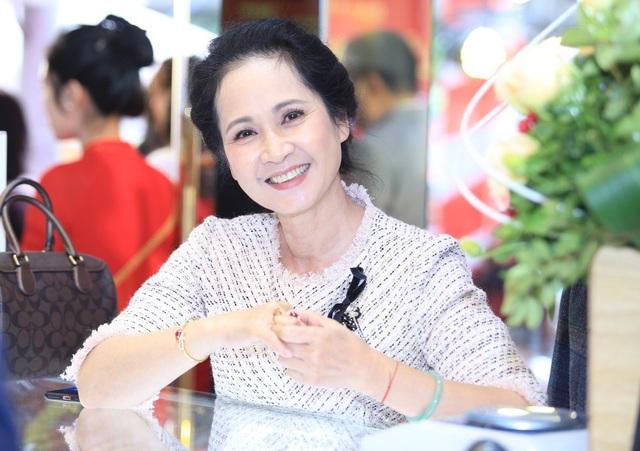 Khác với hình ảnh trong phim, ngoài đời, NSND Lan Hương là bà mẹ chồng rất tâm lý, được lòng con dâu.