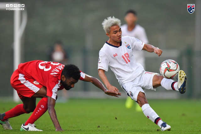 Đội tuyển Thái Lan (áo trắng) chịu nhiều sức ép ở Asian Cup sau khi không thành công ở AFF Cup