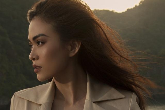 Từ sau cuộc thi Hoa hậu Hoàn vũ 2017, cô ngày càng quyến rũ, tự tin và đầy quyền lực. Trong bộ ảnh mới, cô như là hiện thân của vẻ đẹp tự do.