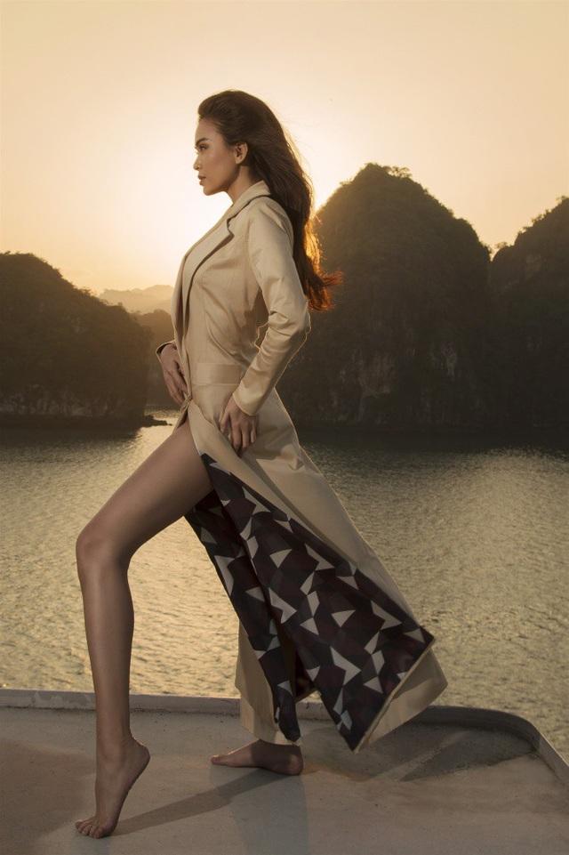 Cuối cùng là chiếc đầm dạng vest có phần chân váy xẻ tà rất nóng bỏng và đầy quyền năng.