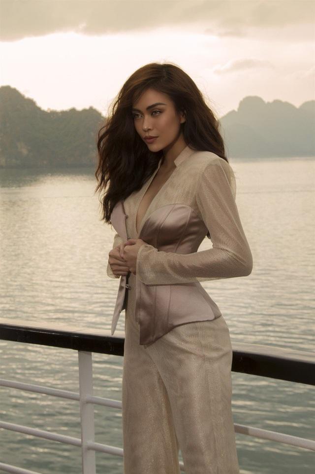 Ở thiết kế jumpsuit, cô lại khéo léo khoe vòng eo con kiến cùng với khuôn ngực đầy đặn.