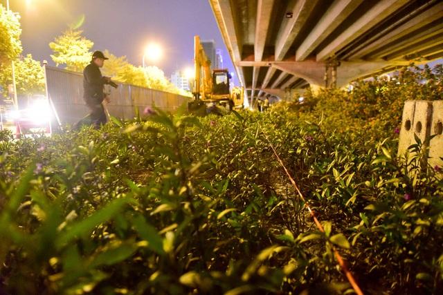 Một đoạn dải phân cách trên đường Phạm Hùng được các công nhân căng dây chuẩn bị thi công ngay trong đêm.