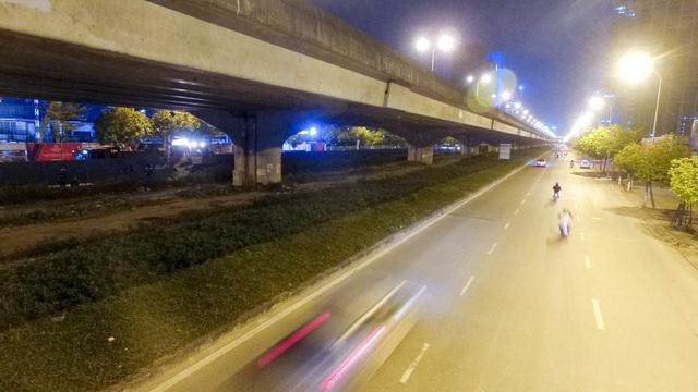 Công nhân trắng đêm xén dải phân cách mở rộng đường Hà Nội - 14