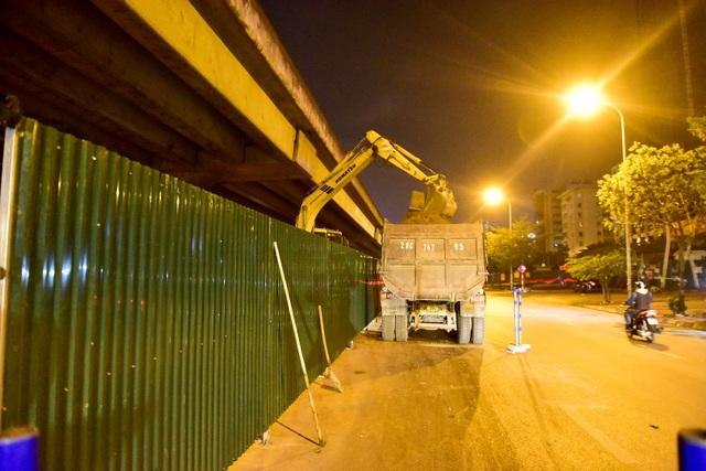 Đất thải được vận chuyển đi nơi khác bằng xe tải lớn.