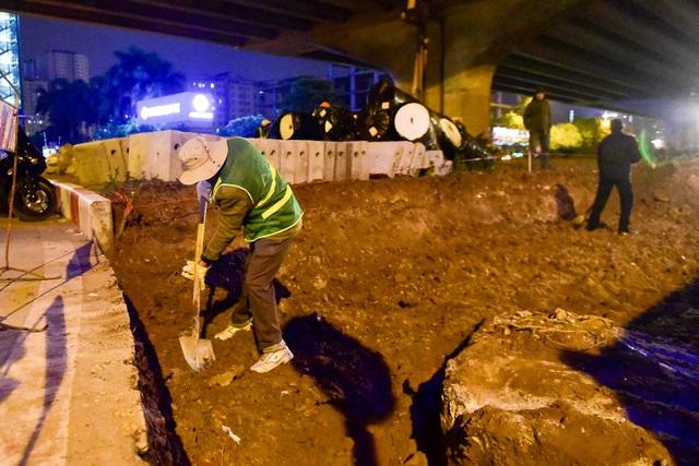 Công nhân làm việc xuyên đêm với mục tiêu hoàn thành trước Tết Nguyên đán để góp phần giảm ùn tắc giao thông.
