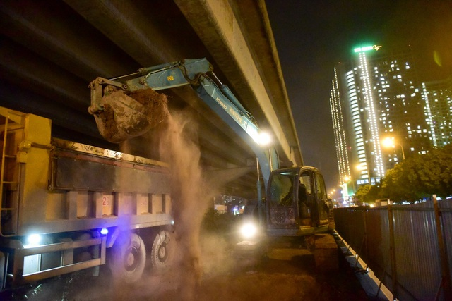 Đêm ngày 3/1, hàng chục công nhân và máy móc thuộc Công ty đường bộ 1 Hà Tây được huy động để thi công.