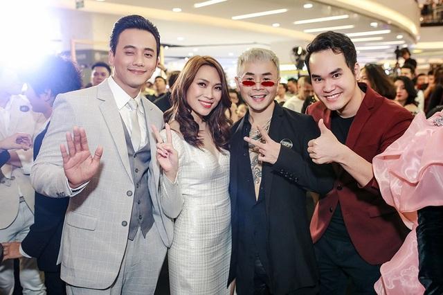 Nhạc sĩ Khắc Hưng (ngoài cùng bên phải) đảm nhận vai trò nhạc sĩ của phim cùng Mỹ Tâm