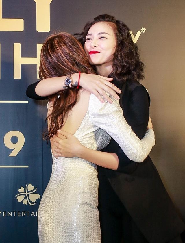 Cô dành cho Mỹ Tâm cái ôm tình cảm để chúc mừng đàn em. Ngô Thanh Vân hiện đang là một trong những nhà sản xuất phim tên tuổi của điện ảnh Việt.