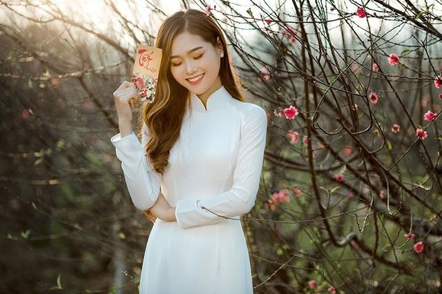Nữ sinh ĐH Kinh tế Quốc dân khoe sắc bên hoa đào đầu mùa - 10