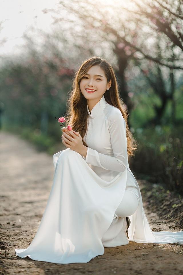 Cù Thị Trà sở hữu khuôn mặt khả ái, nụ cười tươi và thân hình mảnh mai. Ngoài đời cô được nhận xét là người thân thiện, hòa đồng và biết cách lắng nghe, quan tâm mọi người xung quanh.