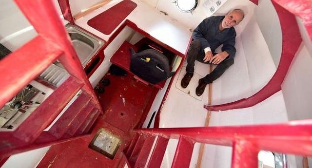 Bên trong chiếc thùng được thiết kế đầy đủ các vật dụng giúp ông Savin không thiếu thốn trong chuyến đi.