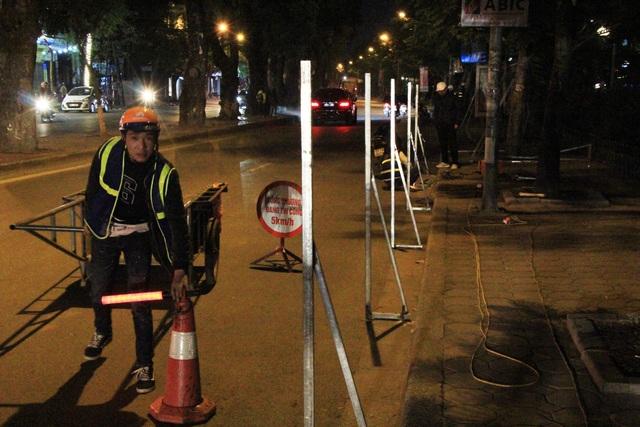Dọc theo đường Láng, các công nhân thuộc dự án cũng đang lập những hàng rào chắn để chuẩn bị thi công.