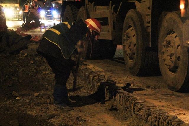 Hà Nội: Xén vỉa hè, mở rộng đường Láng trong đêm lạnh - 3