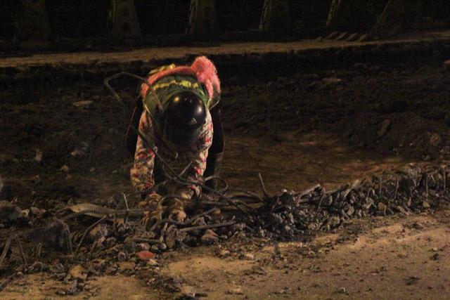 23h30 đêm 2/1, các công nhân làm việc trên công trường dọc theo sông Tô Lịch giữa tiết trời rét căm căm.