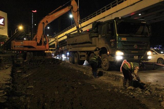 Sở Giao thông vận tải Hà Nội vừa công bố tổng chi phí cho việc xén vỉa hè, mở rộng đường trên địa bàn là hơn 125 tỷ đồng. Cụ thể, Hà Nội dự kiến chi 64 tỷ đồng để thực hiện dự án xén vỉa hè và chặt hạ, đánh chuyển gần 500 cây xanh trên đoạn đường vành đai 2 (đường Láng), có tổng chiều dài 4 km, bắt đầu từ Ngã Tư Sở và kết thúc tại nút giao Cầu Giấy.