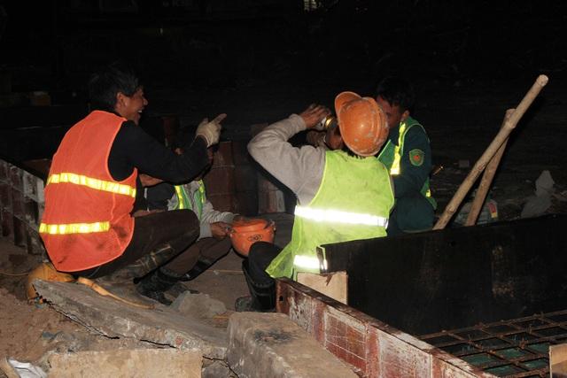Phút giải lao của các công nhân trong đêm lạnh.