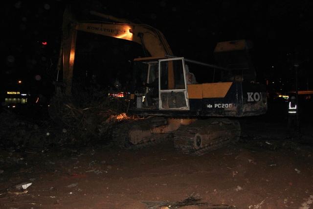 Rất nhiều máy móc phương tiện được huy động để thực hiện công việc xuyên đêm.