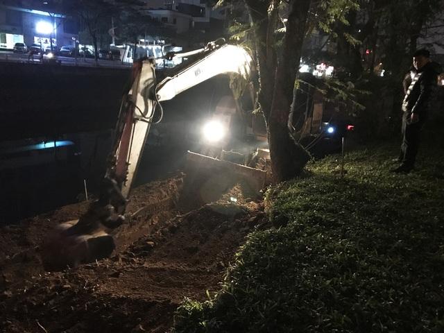 Trao đổi với phóng viên Dân trí, một tài xế lái máy múc cho biết, công việc múc đất để làm bờ kè cạnh sông Tô Lịch và đường Láng được bắt đầu từ lúc 21h tối hôm trước và sẽ kết thúc vào lúc 4h sáng của ngày hôm sau