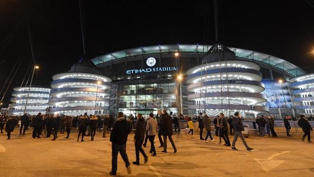 Quang cảnh bên ngoài Etihad trước trận cầu đinh của vòng 21 Premier League