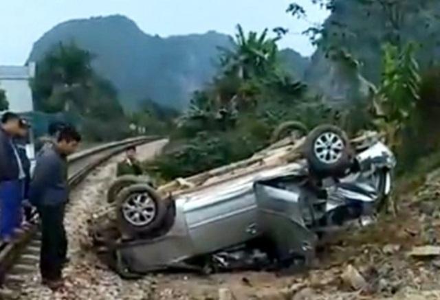 Chiếc xe bị tông văng xa và lật ngửa.