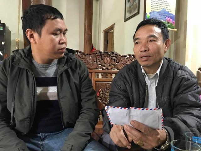 Thầy lang Vi Văn Hùng kể lại sự việc. Đến thời điểm hiện tại ông vẫn chưa dám mở chiếc phong bì mà cán bộ gửi lại.
