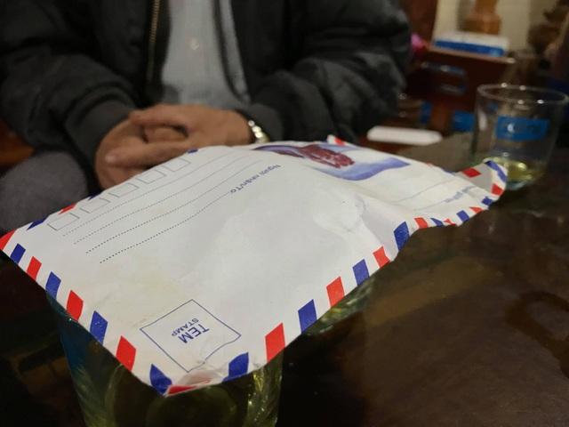 Sau sự việc, một người xưng là cán bộ mới đến gửi lại cho ông Vi Văn Hùng một chiếc phong bì. Ông vẫn chưa mở chiếc phong bì bên trong có nhiều vậy giống tiền.