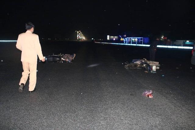 Trung tá Võ Côn Sơn - Đội trưởng Đội CSGT huyện Cẩm Xuyên cho hay, sau khi nhận được thông tin vụ tai nạn, lực lượng chức năng đến hiện trường ghi nhận vụ việc, xác định danh tính tài xế và các nạn trong vụ tai nạn đồng thời điều tiết, phân luồng tránh ùn tắc giao thông.