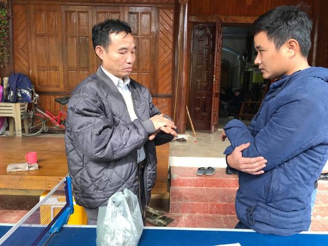 Ông Vi Văn Hùng với bài thuốc gia truyền chữa bệnh xương, khớp. Ông đã hành nghề tại xã Ngọc Lâm hơn 10 năm nay.