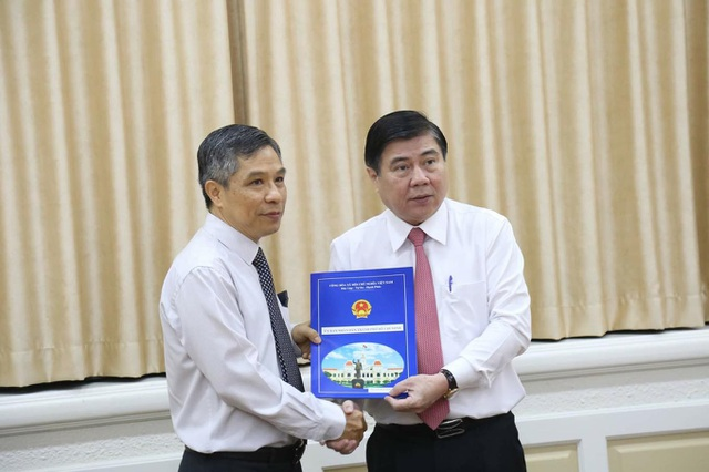 Chủ tịch UBND TPHCM Nguyễn Thành Phong đã trao quyết định miễn nhiệm chức vụ Trưởng Ban QLĐSĐT đối với ông Lê Nguyễn Minh Quang