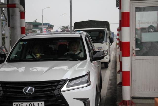 Do lái xe mua vé tháng nên dẫn đến lượng xe qua trạm bị ùn ứ buộc phải xả trạm lúc 9h30