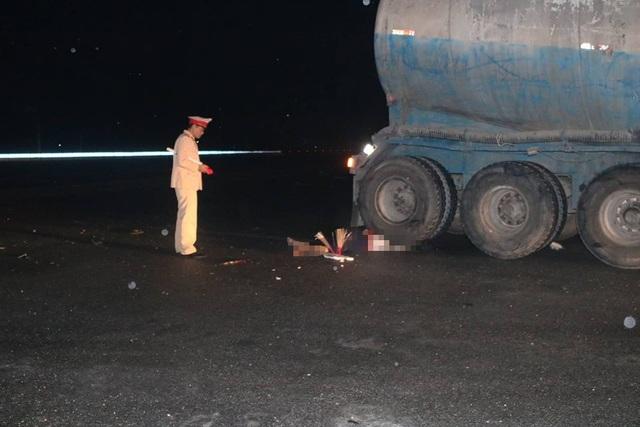 Sau khi xảy ra vụ tai nạn, tài xế lái xe bồn rời khỏi hiện trường nên lực lượng chức năng chưa xác định được danh tính.