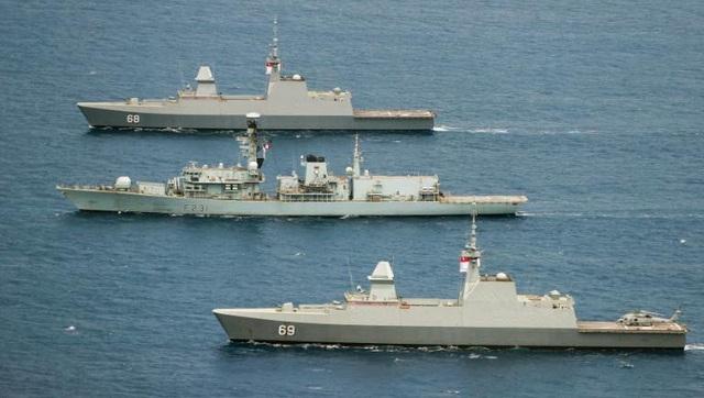 Tàu hộ vệ HMS Argyll của Anh (giữa) tham gia cuộc tập trận Bersama Lima 2018 hồi tháng 10 cùng các tàu của Malaysia, Singapore, Australia và New Zealand. (Ảnh: Royal Navy)