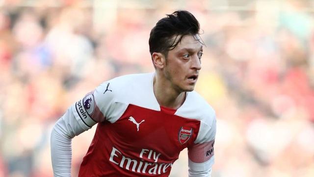 Mesut Ozil cam kết ở lại Arsenal dù không còn là sự lựa chọn hàng đầu