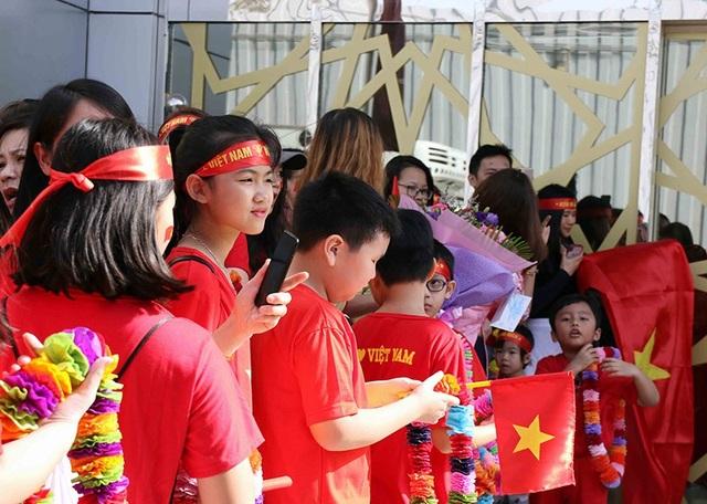 Nhiều cổ động viên nhí chờ được gặp thầy trò HLV Park Hang Seo