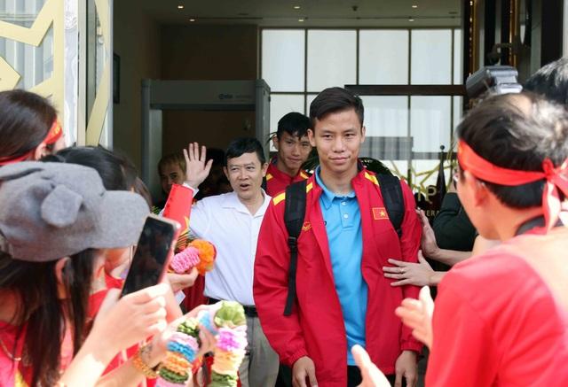 Đội tuyển Việt Nam đổ bộ tới UAE trong vòng vây của người hâm mộ - 18