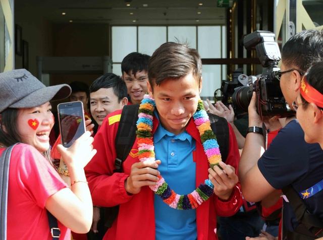 Đội tuyển Việt Nam đổ bộ tới UAE trong vòng vây của người hâm mộ - 17