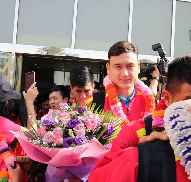 Đội tuyển Việt Nam đổ bộ tới UAE trong vòng vây của người hâm mộ - 16