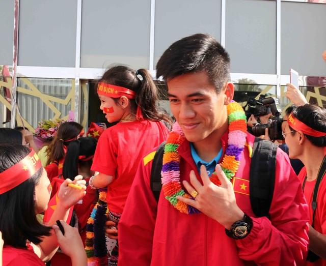 Đội tuyển Việt Nam đổ bộ tới UAE trong vòng vây của người hâm mộ - 15