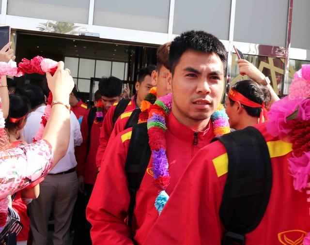 Đội tuyển Việt Nam đổ bộ tới UAE trong vòng vây của người hâm mộ - 14