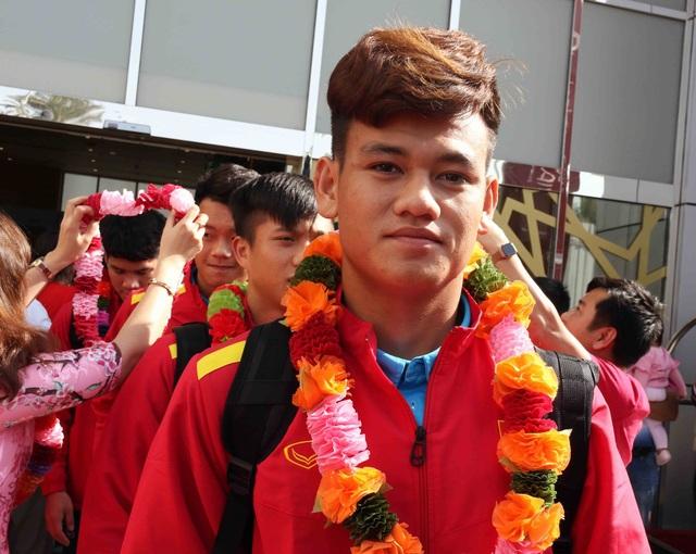 Đội tuyển Việt Nam đổ bộ tới UAE trong vòng vây của người hâm mộ - 13