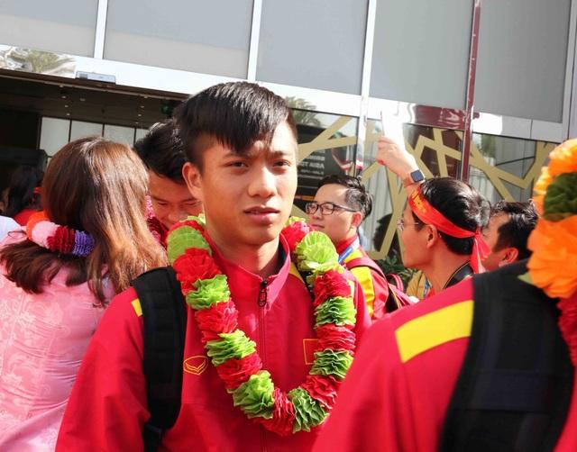 Đội tuyển Việt Nam đổ bộ tới UAE trong vòng vây của người hâm mộ - 12