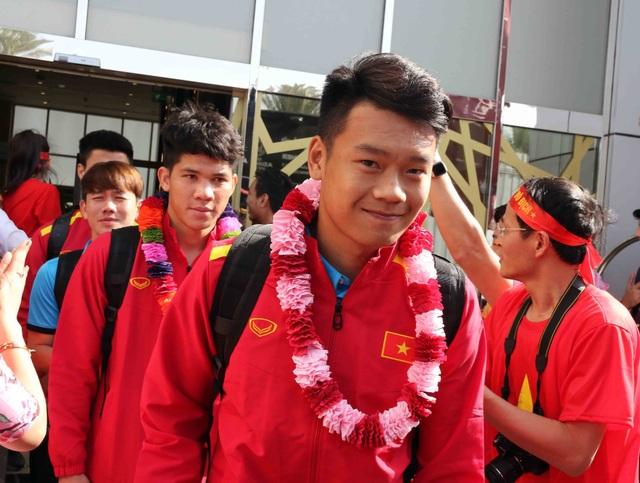 Đội tuyển Việt Nam đổ bộ tới UAE trong vòng vây của người hâm mộ - 11
