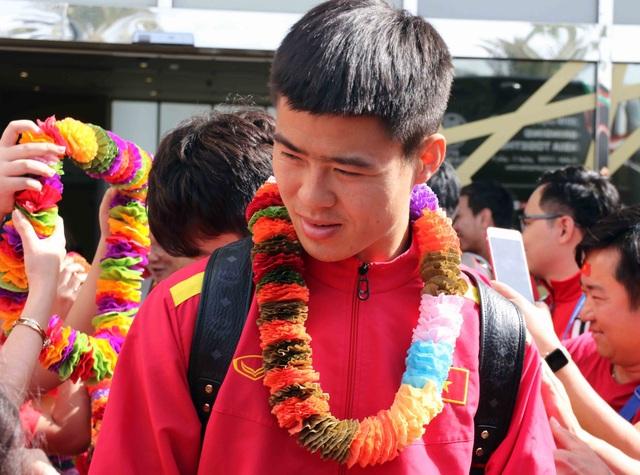Đội tuyển Việt Nam đổ bộ tới UAE trong vòng vây của người hâm mộ - 10