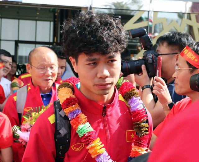 Đội tuyển Việt Nam đổ bộ tới UAE trong vòng vây của người hâm mộ - 9