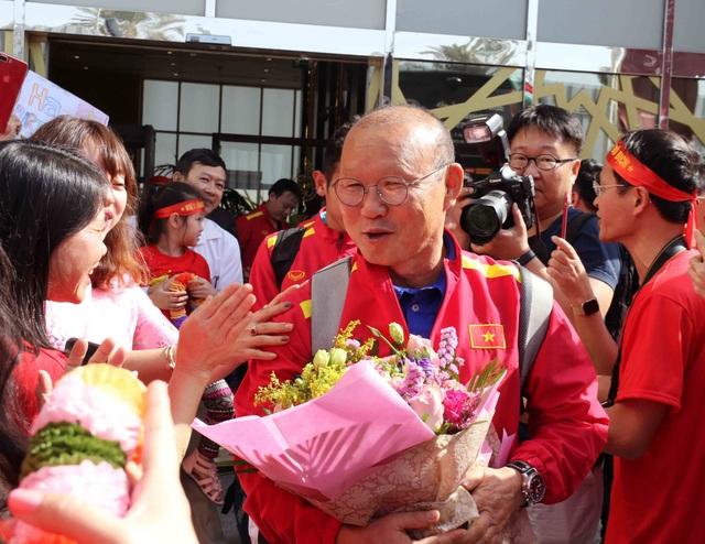 Đội tuyển Việt Nam đổ bộ tới UAE trong vòng vây của người hâm mộ - 19
