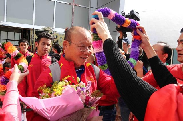 Đội tuyển Việt Nam đổ bộ tới UAE trong vòng vây của người hâm mộ - 8