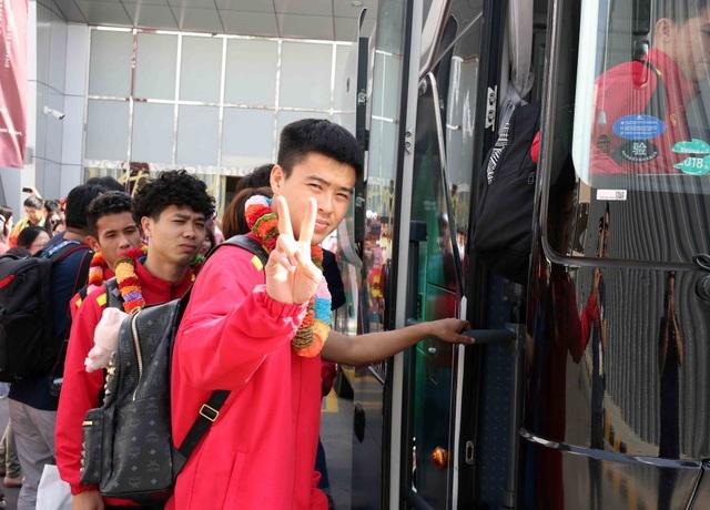 Đội tuyển Việt Nam đổ bộ tới UAE trong vòng vây của người hâm mộ - 7